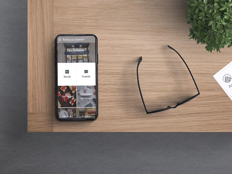 Telefono con app della Farmacia Irnerio